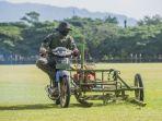 prajurit-tni-sedang-menggunakan-mesin-potong-rumput-yang-dimodifikasi_20171004_191637.jpg