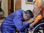 presiden-indonesia-ke-6-susilo-bambang-yudhoyono-sby-saat-sungkem-kepada-ibundanya-siti-habibah.jpg