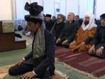 presiden-joko-widodo-menjadi-imam-shalat-saat-kunjungan-ke-afghanistan_20180130_200505.jpg