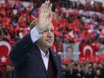 presiden-turki-recep-tayyip-erdogan-melambaikan-tangan-kepada-pendukungnya_20171213_145125.jpg