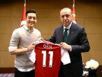 presiden-turki-tayyip-erdogan-bertemu-dengan-pemain-sepak-bola-arsenal-mesut-ozil-di-london_20180725_122005.jpg