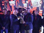 pssi-menggelar-awarding-untuk-tim-persipura-yang-telah-menjadi-juara-isc-2016_20170129_094757.jpg