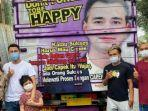 raffi-ahmad-dan-keluarganya-berfoto-bersama-dengan-pemilik-truk-bernama-mamat.jpg
