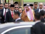 raja-arab-saudi-salman-bin-abdulaziz-al-saud-saat-tiba-di-bandara-halim_20170301_144007.jpg