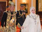raja-malaysia-abdullah-riayatuddin-al-mustafa-bersama-istrinya-ratu-tunku-hajah-azizah-aminah.jpg