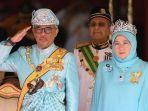raja-malaysia-ke-16-sultan-abdullah-sultan-ahmad-shah-didampingi-ratu-tunku-hajah-azizah-aminah.jpg