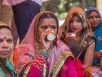 ratusan-umat-hindu-di-india-ramai-ramai-minum-air-kencing-sapi.jpg