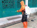 relawan-mri-act-aceh-sedang-melakukan-penyemprotan-cairan-disinfektan.jpg
