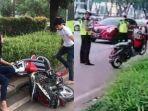 remaja-merusak-motornya-sendiri-saat-ditilang-polisi.jpg