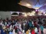 ribuan-jamaah-memadati-halaman-masjid-raya-baiturrahman.jpg<pf>ustaz-abdul-somad-bertemu-nyak-sandang-pemilik-obligasi.jpg