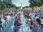 ribuan-warga-turki-buka-puasa-bersama_20160609_092538.jpg