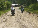 ruas-jalan-utama-kecamatan-makmur-kabupaten-bireuen-rusak-berat.jpg