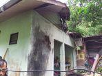 rumah-yang-rusak-tertimpa-pohon-akibat-longsor-di-desa-lhok-geulumpang-kecamatan-setia-bakti.jpg