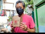 salah-satu-warga-koja-yang-mendapat-nasi-kotak-dari-parta-solidaritas-indonesia-psi.jpg