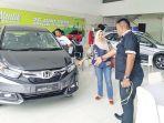 sales-mobil-honda-arista-banda-aceh-sedang-melayani-calon_20180627_084140.jpg