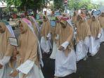 sambut-ramadhan-santri-mahad-daarut-tahfizh-al-ikhlas-gelar-pawai_20170514_144832.jpg