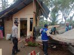 satu-unit-rumah-di-ulee-jalan-kecamatan-banda-sakti-lhokseumawe-tertimpa-pohon-kelapa.jpg