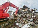 sebuah-ekskavator-membersihkan-lokasi-gedung.jpg<pf>bangunan-berlantai-dua-yang-runtuh-akibat-gempa.jpg<pf>sebuah-mobil-hancur.jpg<pf>tim-penyelamat-mencari-korban-di-lokasi-reruntuhan-gedung.jpg<pf>gedung-kantor-gubernur-rusak-akibat-gempa-62-sr-di-mamuju.jpg<pf>toko-yang-rusak-akibat-gempa-berkekuatan-62-di-mamuju.jpg<pf>garis-polisi-dipasang-di-gedung-yang-rusak.jpg<pf>bangunan-yang-runtuh-di-kota-mamuju-1.jpg<pf>warga-beristirahat-di-tempat-penampungan.jpg<pf>perawatan-di-rumah-sakit-darurat