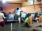sejumalh-anak-anak-di-filipina-yang-nekat-bermain-gim-meski-banjir-menerjang-warnet.jpg