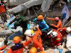 sejumlah-anggota-basarnas-dan-tni-melakukan-evakuasi-korban-gempa-di-hotel-roa-roa-palu_20181010_162042.jpg