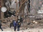 sejumlah-petugas-bekerja-di-dekat-lokasi-ledakan-di-pusat-kota-nashville.jpg
