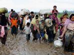 sekelompok-pengungsi-rohingya-berjalan-di-jalan-berlumpur_20170903_180326.jpg