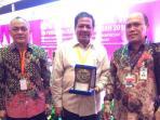 sekretaris-daerah-aceh-drs-dermawan-mm-menerima-penghargaan-ketegori-tim_20160805_090600.jpg