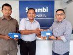 sekretaris-redaksi-harian-serambi-indonesia-bukhari-m-ali-kanan-menyerahkan-kartu_20180801_090432.jpg