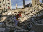seorang-anak-perempuan-warga-palestina-memanjat-sisa-sisa-bangunan-yang-hancur.jpg
