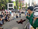 seorang-demonstran-melakukan-teatrikal-saat-berunjuk-rasa.jpg