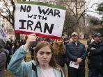 seorang-demonstran-memegang-poster-dalam-aksi-protes-menentang-perang-di-irak-dan-iran.jpg