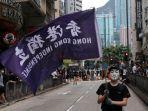 seorang-demonstran-pro-demokrasi-hong-kong-membawa-bendera-bertuliskan-kemerdekaan.jpg