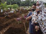 seorang-ibu-berkabung-dengan-putranya-saat-pemakaman.jpg