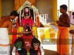 seorang-pendeta-melakukan-ritual-doa-di-depan-berhala-yang-dikenal-sebagai-corona-devi.jpg