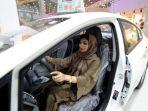 seorang-perempuan-arab-saudi-tengah-duduk-di-dalam-sebuah-mobil_20180112_225852.jpg