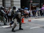 seorang-polisi-anti-huru-hara-menembakkan-senjatanya-dalam-demonstrasi-di-central-hong-kong.jpg