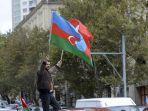 seorang-pria-azerbaijan-mengibarkan-bendera-azerbaijan-dan-bendera-turki.jpg