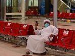 seorang-pria-bandara-abu-dhabi-uni-emirat.jpg