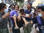 seorang-pria-digotong-setelah-terkena-tembakan-polisi-di-mandalay-myanmar.jpg