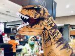 seorang-warga-memakai-kostum-dinosaurus-saat-berbelanja-di-swalayan.jpg