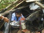 seorang-warga-menyelamatkan-barang-dari-rumah-mereka-yang-rusak-akibat-topan-amphan.jpg
