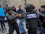 seorang-warga-palestina-terlibat-bentrok-dengan-polisi-israel-di-situs-kota-tua-yerusalem_20171223_195943.jpg