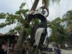 sepeda-motor-pelaku-transaksi-sabu-digantung-di-pohon-kelapa-oleh-warga.jpg
