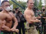 serma-atang-efendi-saat-unjuk-gigi-berpose-ala-binaragawan-bersama-us-army.jpg