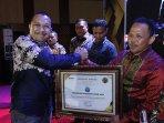 sertifikat-serambi-award-2020-kepada-bupati-pidie-jaya.jpg