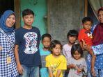 shella-sofya-kiri-dan-erni-kanan-berserta-anak-anaknya-berfoto-bersama.jpg
