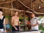 sosialisasikan-pencegahan-virus-corona-kepada-wisatawan-asing-di-pulau-sikandang.jpg