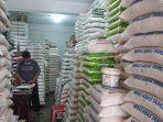 stok-beras-di-pasar-aceh-penjualan-beras-menurun.jpg