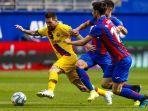striker-barcelona-lionel-messi-berebut-bola-dengan-dua-pemain-eibar.jpg