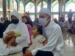suami-istri-dan-anak-masuk-islam-di-aceh-timur.jpg